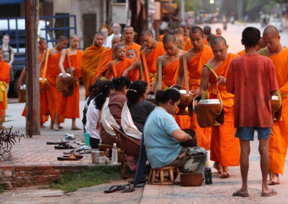 Luang_Prabang_Monks_Alm_Dawn_02