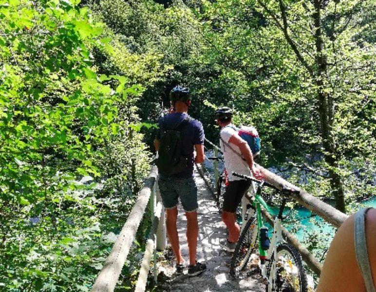 Mountainbike soca river
